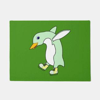 青及び黄色の薄緑のペンギンはアイススケートします ドアマット