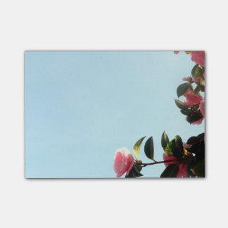 青空が付いているピンクのツバキの花 ポストイット
