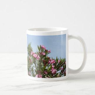 青空が付いているピンクの花 コーヒーマグカップ