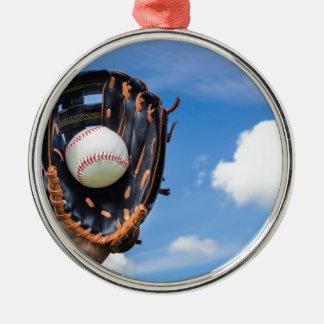 青空が付いている手袋の野球を保持することを渡して下さい メタルオーナメント