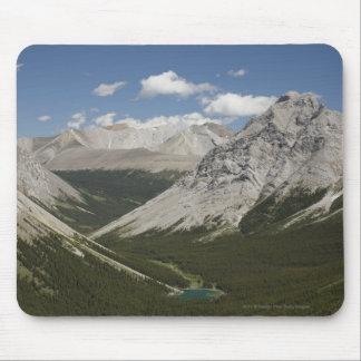 青空が付いている谷のmountain湖 マウスパッド