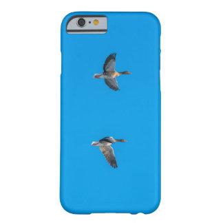 青空で飛んでいる野生のガチョウ BARELY THERE iPhone 6 ケース
