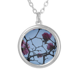 青空に対するかわいらしいピンクの花 シルバープレートネックレス