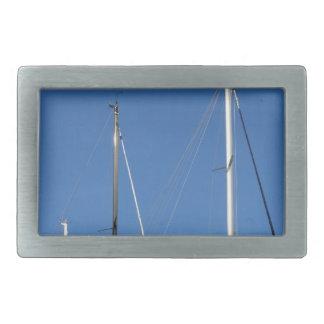 青空に対するマリーナのヨットのマスト 長方形ベルトバックル