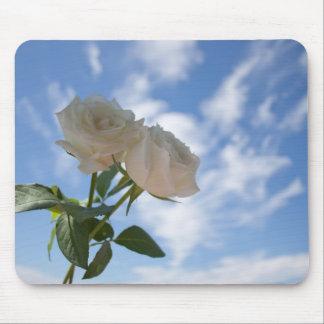 青空に対する白いバラ マウスパッド