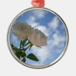 青空に対する白いバラ メタルオーナメント