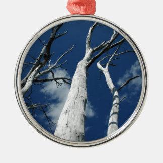 青空に対する白い木 メタルオーナメント