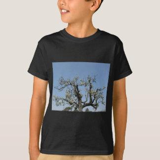 青空に対する花が付いているナシ木 Tシャツ