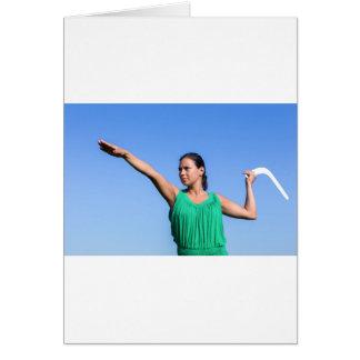 青空のオランダの女性の投げるブーメラン カード