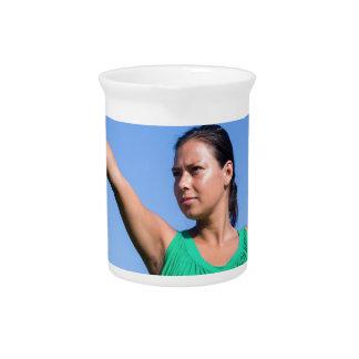 青空のオランダの女性の投げるブーメラン ピッチャー