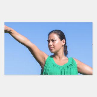 青空のオランダの女性の投げるブーメラン 長方形シール