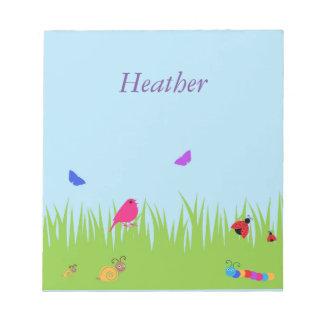 青空のメモ帳を持つ草のかわいい虫そして鳥 ノートパッド