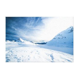 青空の下の白い雪で覆われた山 キャンバスプリント