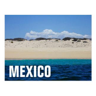 青空の下の砂浜の海洋波 ポストカード