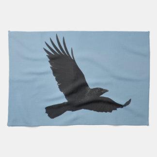 青空の写真の黒いワタリガラスの飛行 キッチンタオル