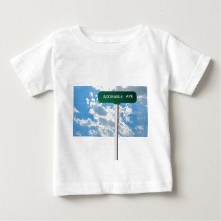 青空の名前入りな一流の道の道路標識 ベビーTシャツ