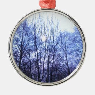 青空の白い月の黒の木は色を暖めます メタルオーナメント