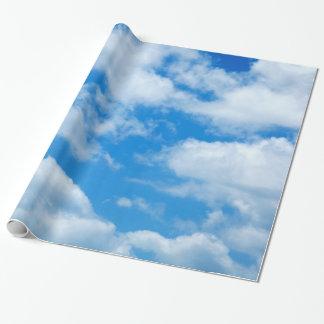 青空の白は天空の空の背景を曇らせます ラッピングペーパー
