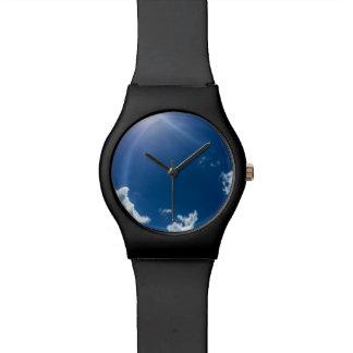 青空の白は背景の曇り空を曇らせます 腕時計