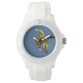 青空の腕時計に対する黄色いラッパスイセン 腕時計