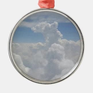 青空の自然の白いふくらんでいる雲の形成 メタルオーナメント