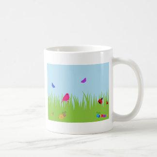 青空を持つ草のかわいい虫そして鳥 コーヒーマグカップ