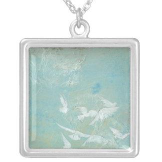 青空を通って飛んでいる白い鳥 シルバープレートネックレス