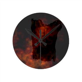 青銅色の火の背景の男性の胴のシルエット ラウンド壁時計