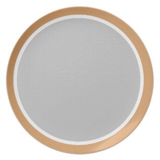 青銅色の白いおよび銀器 プレート