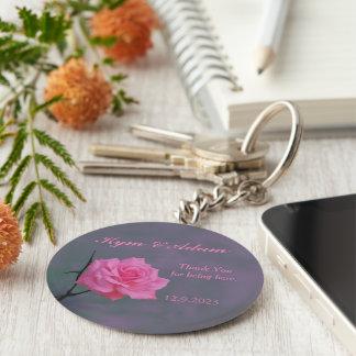 静かにピンクのバラの名前入りな結婚式の引き出物のキーホルダー キーホルダー