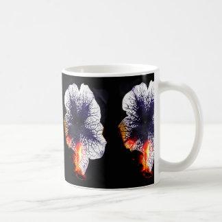 非常に熱いペチュニアのマグ コーヒーマグカップ