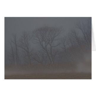 非常に霧深い朝のnotecard カード