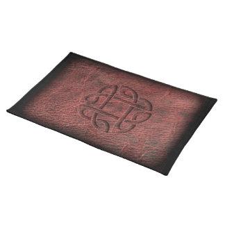 革の赤いケルト結び目模様のエンボス ランチョンマット