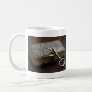 革縛られた日記厳重管理のもとでの コーヒーマグカップ