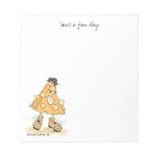 靴および黒髪を搭載する黄色いチーズ漫画 ノートパッド