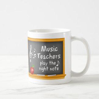 音楽の先生は右のノートを遊びます コーヒーマグカップ
