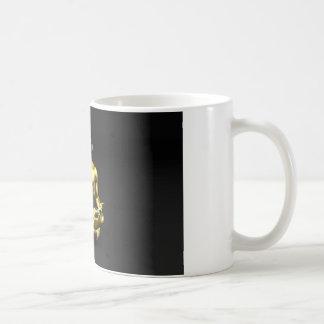 音楽めい想に聞いているヘッドホーンを持つ人 コーヒーマグカップ