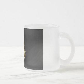音楽めい想に聞いているヘッドホーンを持つ人 フロストグラスマグカップ