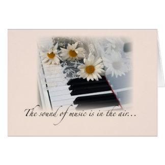 音楽性能のお祝い、ピアノ、デイジー グリーティングカード