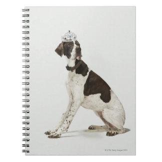 頭部にティアラと坐っている犬 ノートブック