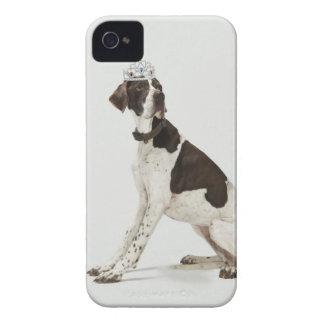 頭部にティアラと坐っている犬 Case-Mate iPhone 4 ケース