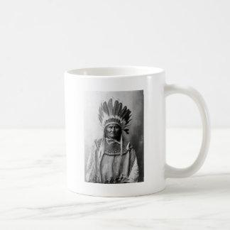 頭飾り1907年のGeronimo コーヒーマグカップ