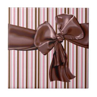 頽廃的なチョコレート弓はとの縞で飾ります タイル