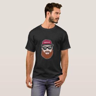 顔のティーの上で積み重ねられる Tシャツ