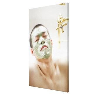 顔のマスクが付いている浴槽でリラックスしている人 キャンバスプリント