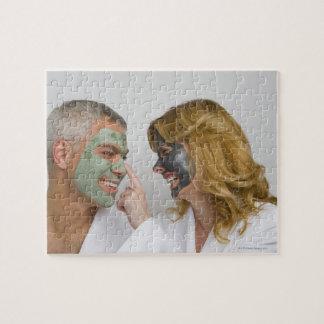 顔のマスクを身に着けている成長したカップルのクローズアップ ジグソーパズル