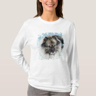 顔のKeeshondのTシャツの雪 Tシャツ