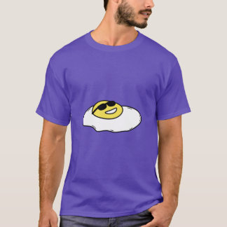 顔-サングラスを搭載する卵の上の幸せで明るい側面 Tシャツ