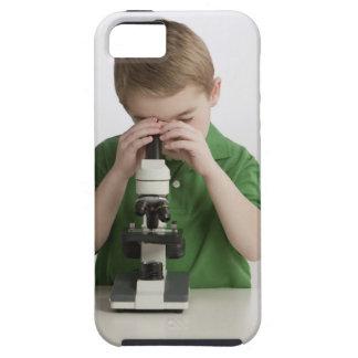 顕微鏡に凝視しているコーカサス地方の男の子 iPhone SE/5/5s ケース