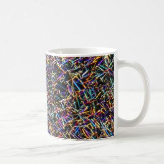 顕微鏡の下のカフェインの水晶 コーヒーマグカップ